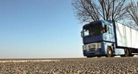 Anschnitt blauer LKW auf Straße